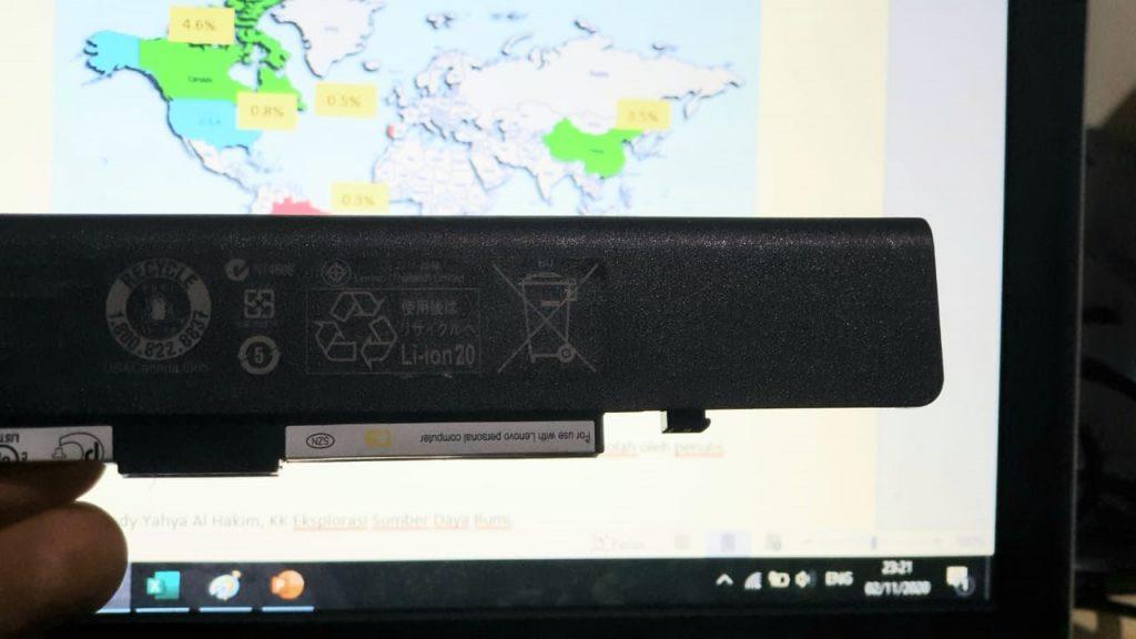 Gambar 1. Lithium dijumpai pada baterai peralatan elektronik dan moda transportasi masyarakat modern kendaraan listrik atau hybrid. Foto penulis.